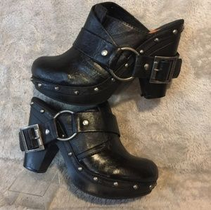 Need to find these Rocket dog clogs so 7